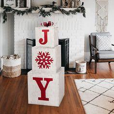 Christmas Wood Crafts, Farmhouse Christmas Decor, Christmas Porch Decorations, Christmas Decorating Ideas, Rustic Christmas, Diy Christmas Decorations For Home, Christmas Mantles, Christmas Garden, Ideas For Christmas