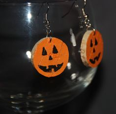 These festive jack-o-lantern earrings are made from hand cut and painted recycled wine cork.I have painted the fronts orange and then added a fun Jack-O-Lantern face. You can still see the original of Wine Craft, Wine Cork Crafts, Wine Bottle Crafts, Halloween Earrings, Halloween Jewelry, Halloween Crafts, Halloween Items, Wine Cork Jewelry, Diy Jewelry