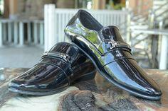 ĐOÁN TÍNH CÁCH NHỮNG CHÀNG TRAI QUA ĐÔI GIÀY ! .. Nếu phụ nữ được nhận biết qua mùi hương thì điểm có thể giúp bạn đánh giá đàn ông chính là đôi giày. Theo chuyên gia ngôn ngữ cơ thể người Anh Straight Root có thể chia làm 5 kiểu chọn giày của đàn ông ứng với 5 tính cách: 1. Cố định một mẫu giày: Người hoài cổ Kiểu đàn ông đối với những người xung quanh công việc hay bất kỳ chuyện gì đều ghi nhớ sâu sắc. Người yêu họ dù cho có nóng nảy trẻ con họ vẫn rất bao dung và kiên nhẫn chờ đợi nhìn…