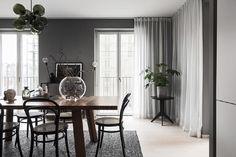 Inspireras av denna grafiska pärla på Östermalm Furniture, Gravity Home, Decorating Blogs, Interior, Home, Apartment, Curtains, Scandinavian Apartment, Inspiration
