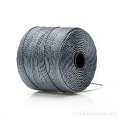 SLBC #18 Superlon-lanka on 0,5 mm paksu nailonpunoslanka, joka sopii helminauhan solmimiseen, helmivirkkaukseen, kumihimoon ja mikromakrameetöihin. Tukeva, punottu ja monisäikeinen lanka sopii kaikenkokoisille lasi- ja luonnonkivihelmille. Jopa ilman neulaa! Nyt myynnissä 100 upean värin valikoima.