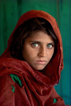"""Afghan Girl by Steve McCurry. Steve McCurry is an American photojournalist best known for his photograph """"Afghan Girl"""" which originally appeared in National Geographic. Famous Portraits, Famous Photos, Iconic Photos, Famous Faces, Amazing Photos, Beautiful Pictures, Celebrity Portraits, 4 Photos, Rare Photos"""