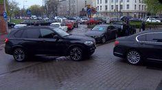 Stłuczka rządowych limuzyn przed siedzibą PiS  http://sowa-magazyn.blogspot.de/2017/04/banda-czworga-pdo467-schylkowy.html PolsatNews Ewelina Niemirka   samochody przyjechały najprawdopodobniej po ministra Antoniego Macierewicza   Na filmie widać, jak auta stoją przed wjazdem na teren PiS. Nagle pierwsze z nich cofa, by skręcić do garażu i uderza w kolejne…