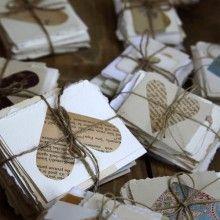 Haben Sie den angelsächsischen Brauch vom Valentinstag übernommen oder möchten Sie ganz einfach liebe Wünsche versenden? Dann basteln Sie doch hübsche Karten. Schneiden Sie dafür aus Zeitungen Herze aus und bekleben Sie Zeichenpapier damit.