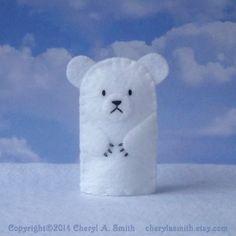 Marioneta del dedo de oso polar  Bebé es frío afuera... pero no moleste a nuestro amigo peludo oso polar! Cada oso polar es un individuo y expresiones tan facial hecha a mano y puntadas pueden variar ligeramente de la foto.  Cada uno de mis títeres de dedo es a mano bordadas y cosidas en fieltro de un patrón original. Cada cuerpo de marioneta mide aproximadamente 1 1/2 pulgadas por 2-1/2 pulgadas y ajusta más dedos. Cola no se usa en la creación de cualquier muñeco. Todo se cose firmemente…