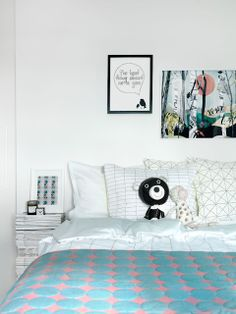 Mixed prints on the bed and a beautiful illustration by Emma Löfströmon the wall.