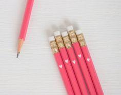 lápices negros con la flecha de la hoja de oro por lettercdesign