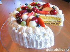 Dette er en av de aller beste bløtkakene jeg vet om!!! Kaken har en helt spesielt god smakskombinasjon! Bløtkaken er fylt med bringebærsyltetøy i tillegg til vaniljekrem og makronfyll. Kaken pyntes med søt, pisket krem og masse, deilig, frisk frukt og bær! Norwegian Cuisine, Norwegian Food, Norwegian Recipes, Cake Recipes, Dessert Recipes, Pudding Desserts, Recipe Boards, Sweet Cakes, Something Sweet