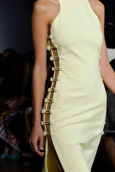 Cushnie et Ochs at New York Fashion Week Spring 2016 - Details Runway Photos You are in the right place about Runway Fashion makeup Here we offer you the most beautiful pictures about the Runway Fashi Fashion Details, Look Fashion, High Fashion, Fashion Show, Fashion Clothes, Fashion Outfits, Fashion Tips, Fashion Trends, Classy Fashion