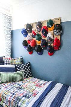 Scrap Wood & Pallet Baseball Hat Rack - Bower Power Cute Hat Organization--I need to do something li Diy Hat Rack, Hat Hanger, Wall Hat Racks, Hat Hooks, Unique Home Decor, Home Decor Items, Baseball Hat Racks, Baseball Hat Display, Organize Baseball Hats