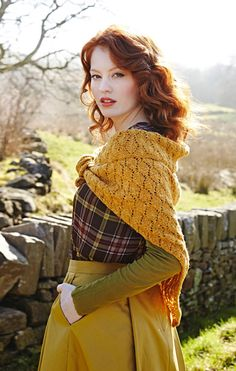 Brianna, perhaps? Lacy Shawl, love the diamond lace pattern, and the tweed effect, Outlander style by Debbie Bliss Outlander Knitting, Summer Crop Tops, Donegal, Country Outfits, Mode Inspiration, Diy Clothes, Bunt, Trendy Outfits, Fall Outfits