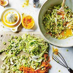 Deze frisse spitskoolsalade met groene asperges en appel staat binnen no time op tafel en krijgt een heel bijzondere smaak door de zelfgemaakte passievruchtdressing. Smullen!    Dit rauwe recept is afkomstig van de dame achter de Instagram 'Raw Vegan...