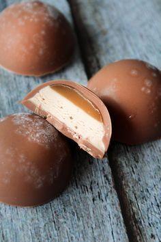 Magic Chocolate Balls – An easy and beautiful magic recipe that looks like cho… Caramel Apple Cheesecake Bars, Salted Caramel Fudge, Sweet Recipes, Cake Recipes, Dessert Recipes, Delicious Desserts, Yummy Food, Yummy Cakes, Love Food