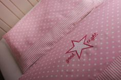 """Bettwäsche in zarten Rosa/Weiß-Farben, mit einem Stern und """"good night""""-Schrift versehen. Der Kissenbezug hat die Größe 40x60cm und ist hinten mit einem Hotelverschluß zu verschließen. Der..."""