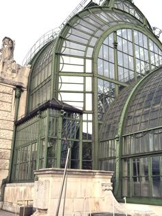 Palmenhaus Vienna, for a coffee under the palm trees Butterfly House, Art Nouveau Architecture, Vienna, Palm Trees, Travel Inspiration, Louvre, Tropical, Exterior, Adventure