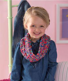 Häkle den perfekten Loop für dein kleines Mädchen. Du benötigst nur ein Knäuel von diesem bunten Garn um diesen modischen Loop zu häkeln.
