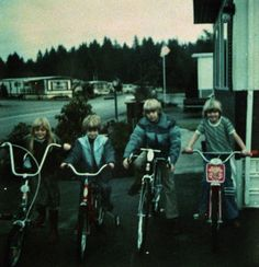 A young Kurt Cobain with sister Kim and some other kids in Aberdeen. 1975