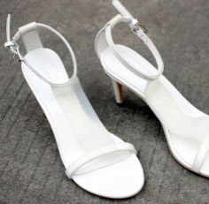 The new spring and summer white genuine leather sandals with type T is fine with the women's pumps shoes  $155.00