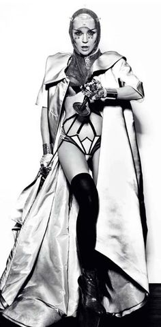 Daphne in armor Daphne Guinness, World Of Fashion, Style Icons, Style Me, Style Inspiration, Black And White, Divas, Muse, Alexander Mcqueen