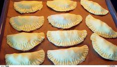 Z mouky, tvarohu, másla, prášku do pečiva, špetky soli a žloutku vytvoříme hladké, vláčné těsto (pokud se bude trochu lepit, je možné přidat...