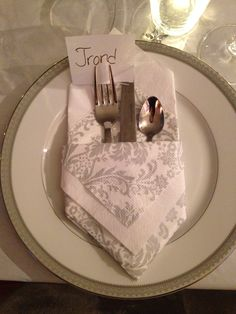 Serviettbretting med lomme til bestikk og bordkort