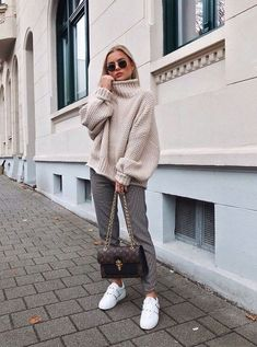 How to wear a chunky knit sweater in style in casual outfits? Tips and outfit ideas in this article! Spring Outfit Women, Casual Fall Outfits, Winter Fashion Outfits, Fall Winter Outfits, Look Fashion, Autumn Winter Fashion, Trendy Outfits, Womens Fashion, Winter Style