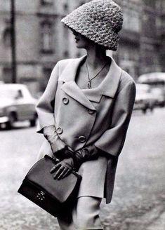The Swinging Sixties ~ Shetland crême wool suit by Jean Patou, gloves + purse, Hermès ~ photo Georges Saad, Paris 1962 Moda Retro, Moda Vintage, Vintage Mode, Vintage Style, 1960s Fashion, Paris Fashion, Vintage Fashion, Fashion Boots, Fashion Fashion