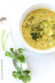 da The Harvest Kitchen / questa straordinaria degustazione curry di cocco Broccoli Soup è ricco di sostanze nutritive e le proprietà lotta contro il cancro!  @ theharvestkitchen.com