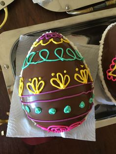 Huevo de pascua Easter Egg Cake, Easter Cookies, Chocolate Humor, Faberge Eggs, Easter Chocolate, Holiday Cakes, Egg Decorating, Easter Recipes, Something Sweet