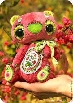 Тамс Реманс. Мишка- Земляничка (ХТ-2014) - брусничный,зелёный,белый,розовый,клубника