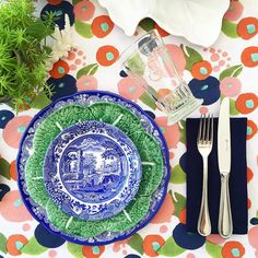 When your new tablecloth works perfectly to pull together your two favourite colours 💙💚💙 And FYI . You know when you order stuff online… Blue Table Settings, Place Settings, Blue Willow China, Green Plates, Willow Pattern, White Spray Paint, Table Arrangements, China Patterns, Table Toppers