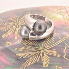 Le romantisme des bagues Toi et Moi en argent et perles de Tahiti. The romantic aspect of You and Me silver rings with Tahitian pearls. Pearl And Diamond Necklace, Cultured Pearl Necklace, Cultured Pearls, Pearl Jewelry, Pearl Rings, Silver Rings, Stone Ring Design, Tahitian Pearls, Ring Designs