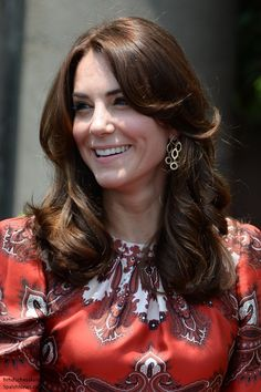 07:50 The Duchess is reportedly wearing bespoke McQueen (with thanks to Call me Kate) and her Cassandra Goad earrings. With that, we'll conclude our Live Blog and be back with a new post shortly :)