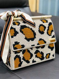Crochet Mittens Free Pattern, Owl Crochet Patterns, How To Tie Shoes, Diy Crochet Bag, Diy Bags Purses, Crochet Handbags, Plastic Canvas Patterns, Knitted Bags, Handmade Bags