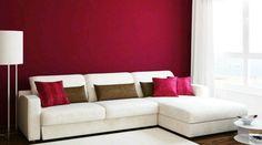 Sala de estar com parede bordou