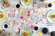DIY : Des fleurs en papier pour un brunch de Pâques coloré - Le Répertoire Déco