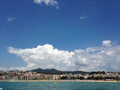 Nubes sobre Arenys desde el mar...