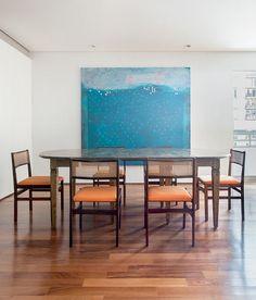 apartamento-arquiteto-Felipe-Hess-sala-de-jantar-mesa-cadeiras-quadro-tela-arte (Foto: Ricardo Bassetti/Divulgação)