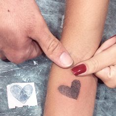 What are thumbprint tattoos? As a by-product of mainstream tattoo art which inks designs and pictures on people's bodies, thumbprint tattoos are in trending. Little Tattoos, Mini Tattoos, New Tattoos, Tatoos, Script Tattoos, Flower Tattoos, Mother Daughter Tattoos, Tattoos For Daughters, Thumbprint Tattoo