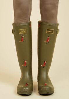 En route to your destination with plenty of time to spare? Luckily you're clad in these olive green rain boots by Joules, for the child in your heart wants to splash! Touting gold buckles, treaded soles, and a parade of foxes in top hats and blazers, these waterproof rubber boots make greeting puddles a giddy endeavor.