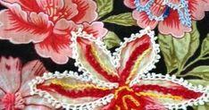 Bordado em alta! Chita em alta! Bordado em chita em alta! Clique AQUI.        Que tal fazer aplicações de tiras rendadas na chita? Cl... Crewel Embroidery, Embroidered Flowers, Jewelry Art, Shabby Chic, Textiles, Quilts, Stitch, Create, Altered Tins