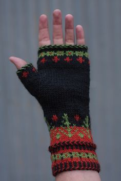 Ethan Handwarmers These warm and beautifully detailed handwarmers begin with a two-colour cast on using the Braided Long Tail Cast On method and finish with a Latvian Braid Bind Off. Fingerless Gloves Knitted, Knit Mittens, Knitting Socks, Hand Knitting, Knitting Charts, Knitting Patterns, Bracelet Crochet, Wrist Warmers, Fair Isle Knitting