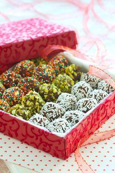 Sjokoladekuler med havregryn som kan pyntes med det du ønsker, for eksempel pistasjenøtter eller strøssel. 1 porsjon gir ca. 15 store eller 40 små havreboll... No Bake Treats, Sprinkles, Christmas Diy, Cake Decorating, Gift Wrapping, Sweets, Candy, Snacks, Cookies
