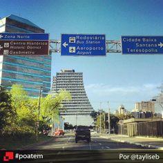Essa foto retrata um pouquinho o centro da capital gaúcha. As placas indicam alguns pontos clássicos da cidade e, ao fundo, o prédio do Centro Administrativo do Estado se destaca. Bela composição, não é? Centro de Porto Alegre por @tayliseb #poatem #centro #caff #igerspoa