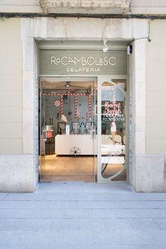 *로카엠볼레스크 아이스크림 샵 [ Sandra Tarruella interiors ] Rocambolesc Ice Cream Parlour In Girona, Spain  아이스크림 가게의 인테리어 디자인은 팀버튼 감독의 영화 '찰리와 초코릿 공장'에서 모티브를 받은 요소들을 재구성하며 시작된다. 구식? 레트로한 공장의 단편을 회화한 아이스크림 기계는 pvc파이프에 사선으로 감긴 빨간색 띠테이프가 민트맛 막대사탕을 표현하듯이 사랑스러우며 아기자기한 디자인 캐릭터를 보여준다.  최고급 천연재료를 이용, 최고의 아이스크림 맛을 내는 -이미 많은 사람들에게 맛으로 유명해진- 아이스크림 샵에 부여된 새로운 캐릭터는 현대적이며 감각적인, 하지만 모던함에 치우져 차갑자 않은 감성적인 공간으로 유쾌하며 즐거운 공간으로 영화의 단편을 따라 표현된다. 공간이 즐거워야 한다는 점을 때로는 우리는 잊고 있을때가 많다.