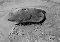 Une vue en 3D du volcan Olympus Mons (27 km de haut), réalisée grâce aux données topographiques du radar Mars Orbiter Laser Altimeter (MOLA) sur lesquelles ont été superposées les images en noir et blanc de la caméra Mars Orbiter Camera (MOC). MOLA et MOC sont des instruments embarqués sur le sonde Mars Global Surveyor.