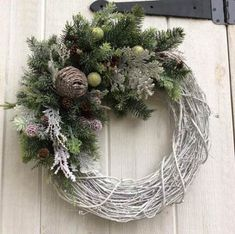 68 Ideas Farmhouse Christmas Decorations Shabby Chic For 2019 Christmas Swags, Christmas Makes, Holiday Wreaths, Rustic Christmas, Christmas Front Doors, White Christmas, Christmas Crafts, Christmas Decorations, Holiday Decor