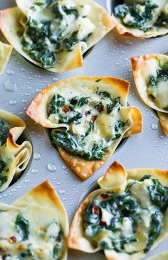 Baked Spinach Artichoke Wonton Cups - Peas And Crayons Baked Spinach Artichoke Wonton Cups - Peas And Crayons,Appetizers {Aperitivos} Baked Spinach Artichoke Won-ton Cups made in a mini muffin tin and perfect for your next party or brunch! Brunch Appetizers, Mini Appetizers, Vegetarian Appetizers, Appetizer Recipes, Cheese Appetizers, Christmas Appetizers, Individual Appetizers, Wonton Recipes, Jalapeno Recipes