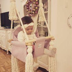 Różowa huśtawka domowa dla dzieci i niemowląt gwarantuje wesołe chwile naszych pociech kiedy za oknem zimno i deszczowo.