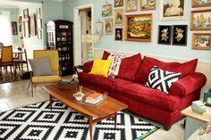 rote sofas wohnzimmer teppich geonetrisches muster